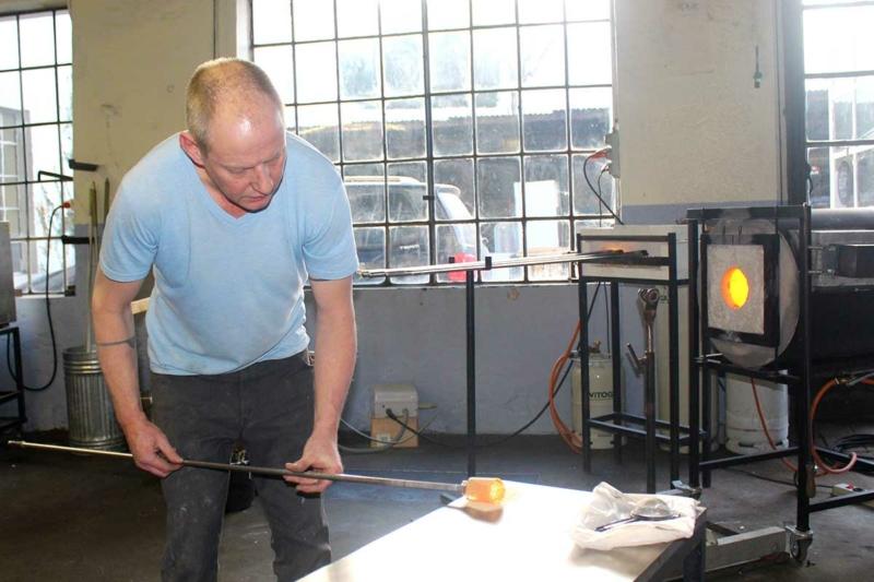 Glaskünstler Thomas Blank bei der Herstellung einer Erinnerungskristall